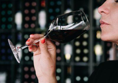 bistrot clos montesquieu - photo d'illustration d'une personne qui boit du vin