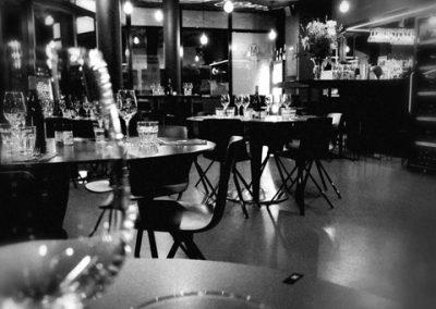 image de la salle de restaurant Bistrot Clos Montesquieu en noir et blanc